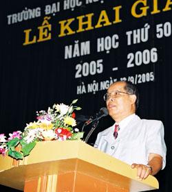 PGS.TS Bùi Hiền trong lễ khai giảng trường ĐHNN năm 2005