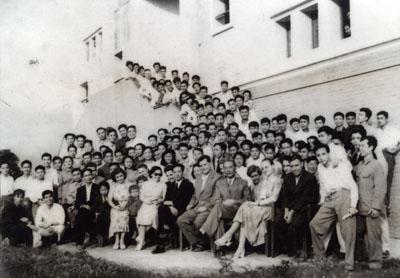 Bộ trưởng Bộ Giáo dục Nguyễn Văn Huyên (người thứ 6, từ trái sang, hàng đầu ngồi ghế) và Thứ trưởng Bộ Giáo dục kiêm Hiệu trưởng đầu tiên của trường ĐHNN Nguyễn Khánh Toàn (người thứ 8) cùng tập thể giáo viên năm 1957.